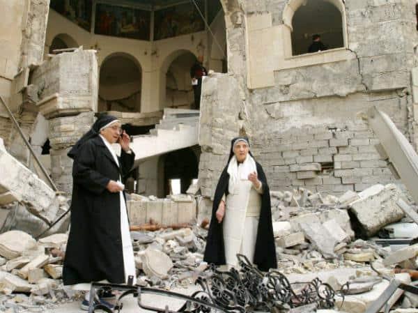 Dominicanessen in een verwoeste kerk. Precieze locatie onbekend. Bron: op.org