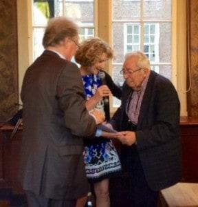 André Lascaris krijgt een Liber Amicorum aangeboden door Michael Elias van de Girardkring en DSTS-directeur Manuela Kalsky.