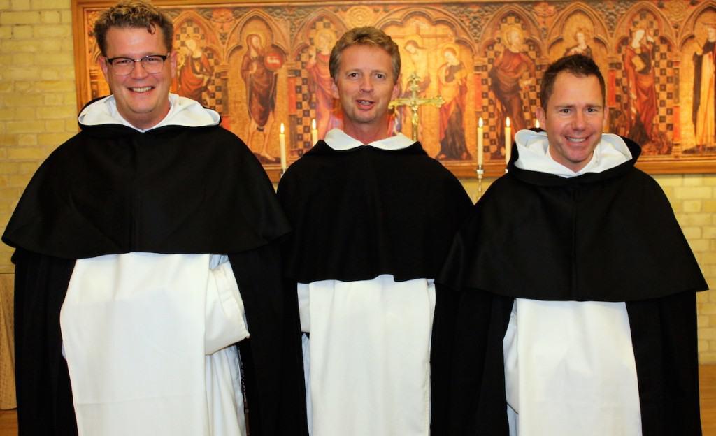 Provinciaal overste René Dinklo direct na de inkleding met novicen Sven (links, hij koos Thomas als kloosternaam) en Michael.