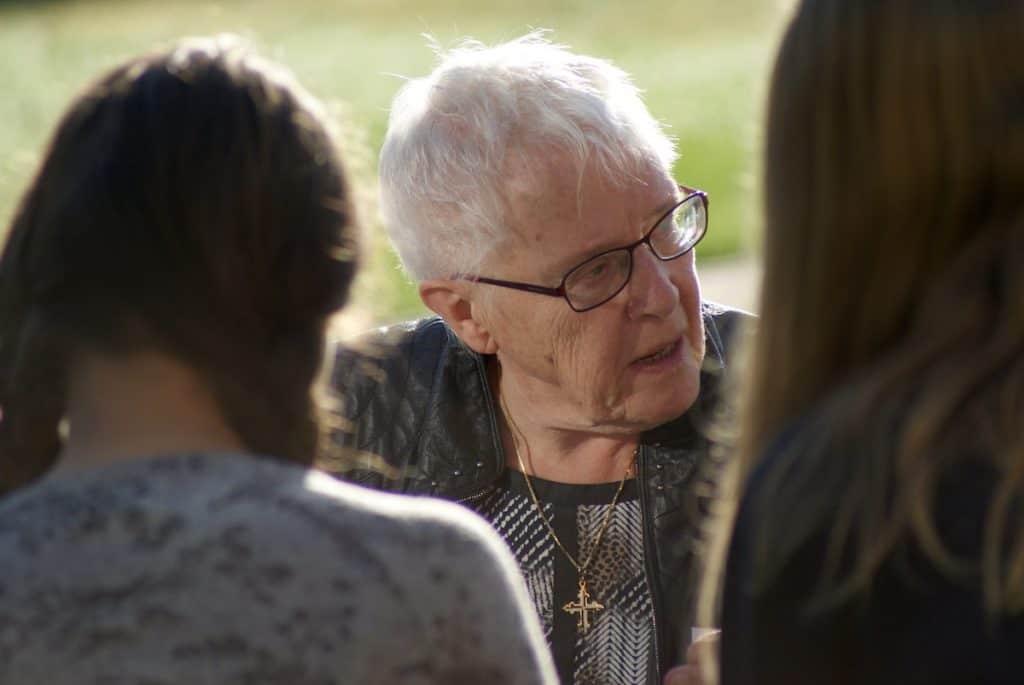 Zr. Joy van der Werf in gesprek met leerlingen.