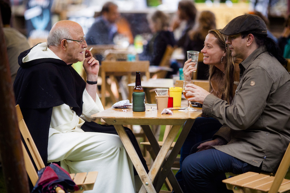 Jan Laan o.p. in gesprek met bezoekers van het Mout Bierfestical, in juli van dit jaar.