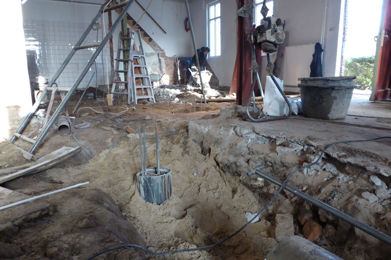 Het aanleggen van een nieuwe fundering met palen in de grond is een flink karwei.